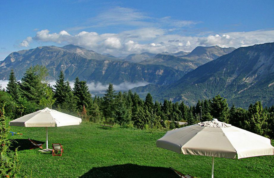 """Μέσα σε ένα δάσος από κέδρους και έλατα, σε υψόμετρο 1000μ, υπάρχει το ξενοδοχείο """"Ορίζοντες Τζουμέρκων""""."""