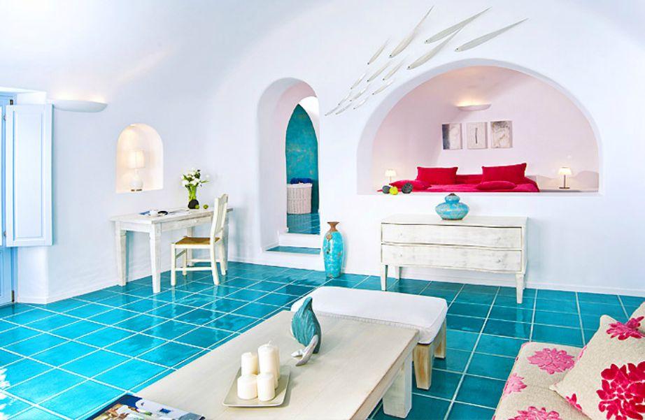 Στη διακόσμηση έχουν χρησιμοποιηθεί όμορφα χρώματα με κυρίαρχο το μπλε.
