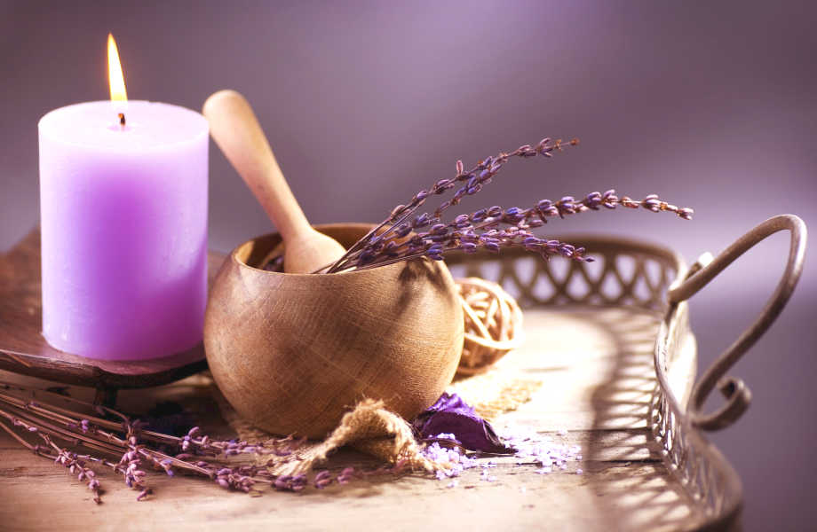 Ανάψτε ένα αρωματικό κερί ή τοποθετήστε στο χώρο σας ένα αποσμητικό σε υγρή μορφή με άρωμα λεβάντας!