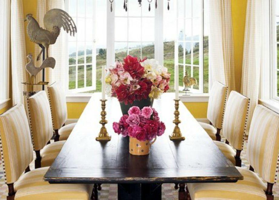 Το vintage τραπέζι της τραπεζαρίας είναι πολύ εντυπωσιακό.