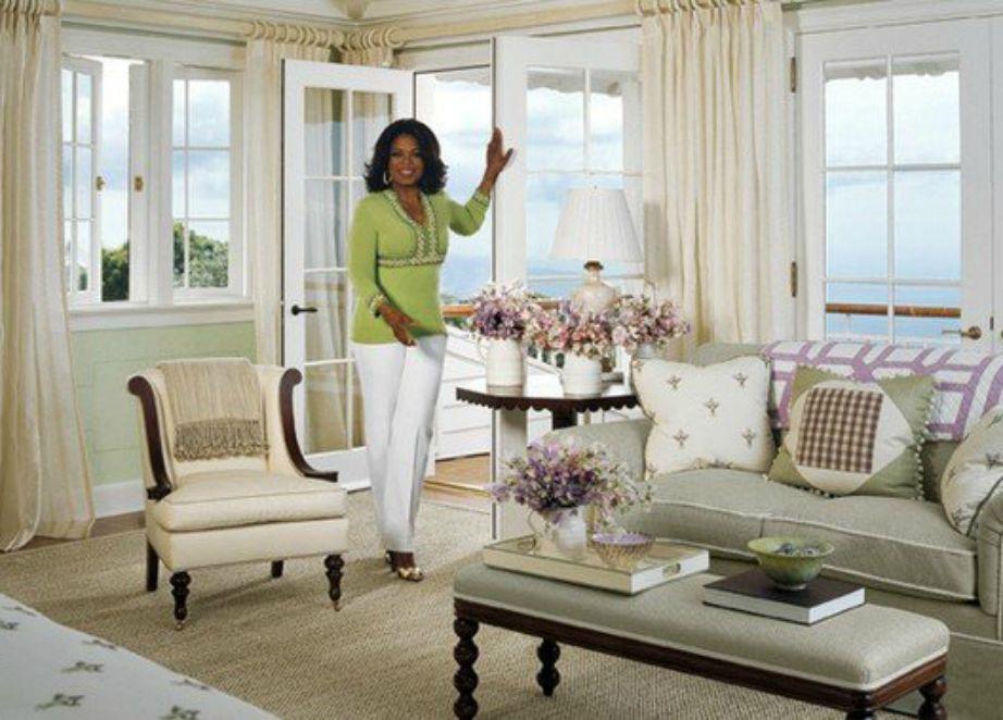Το υπνοδωμάτιο της Oprah είναι άνετο σε απαλούς χρωματικούς τόνους και έχει υπέροχη θέα.
