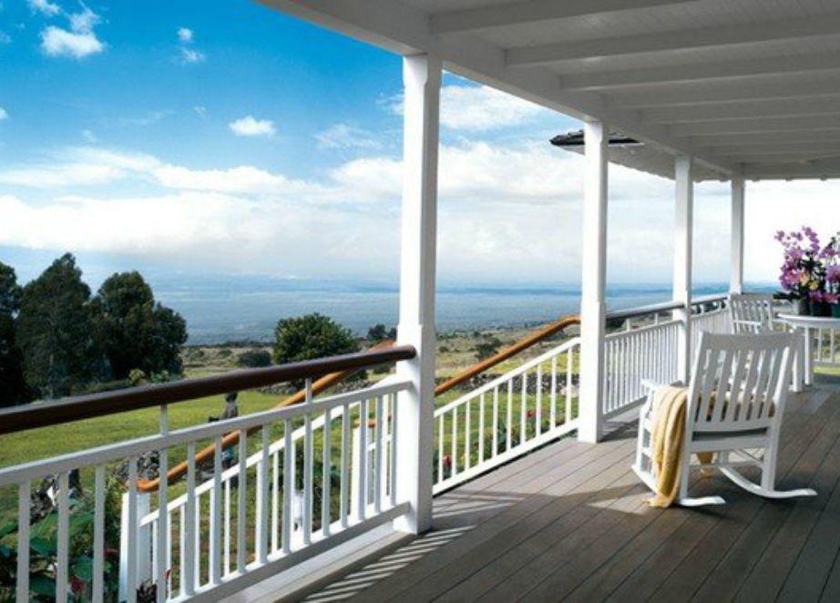 Η βεράντα της παρουσιάστριας έχει φανταστική θέα προς τον Ωκεανό. μπροστά θάλασσα πίσω βουνό..το σπίτι έχει το τέλειο φενγκ σούι.