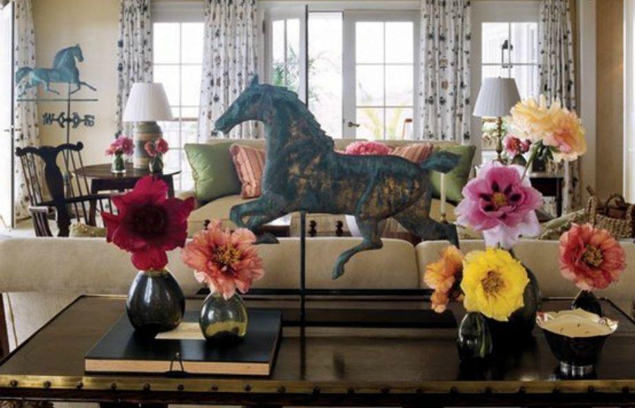 Το σαλόνι είναι διακοσμημένο με πολλά λουλούδια αλλά και αρκετά vintage έπιπλα.
