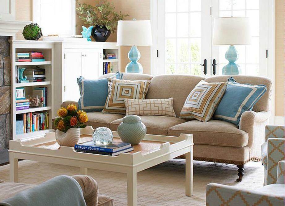 Διακριτικές μπλε λεπτομέρειες στο σαλόνι θα το κάνουν να δείχνει πιο καλοκαιρινό χωρίς να είναι όμως υπερβολικό.