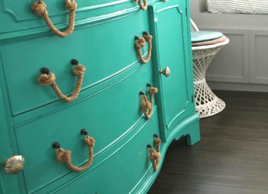 Πόσο καλοοκαιρινή δείχνει αυτή η συρταριέρα που έχει ναυτικά σχοινιά αντί για απλά βαρετά χερούλια.