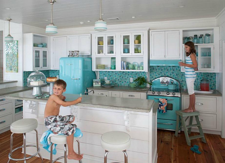 Δείτε πόσο ζωντανή δείχνει αυτή η κουζίνα με τη μπλε διακόσμηση.