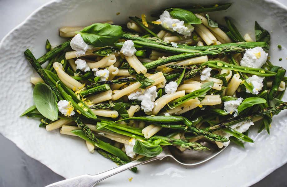 Αντί για βίδες, δοκιμάστε αυτή τη σαλάτα με χυλοπίτες ή χειροποίητα ζυμαρικά.