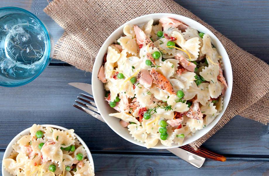 Βαρεθήκατε (και) τις γαρίδες; Απολαύστε τη σαλάτα σας με σολομό κι αρακά.
