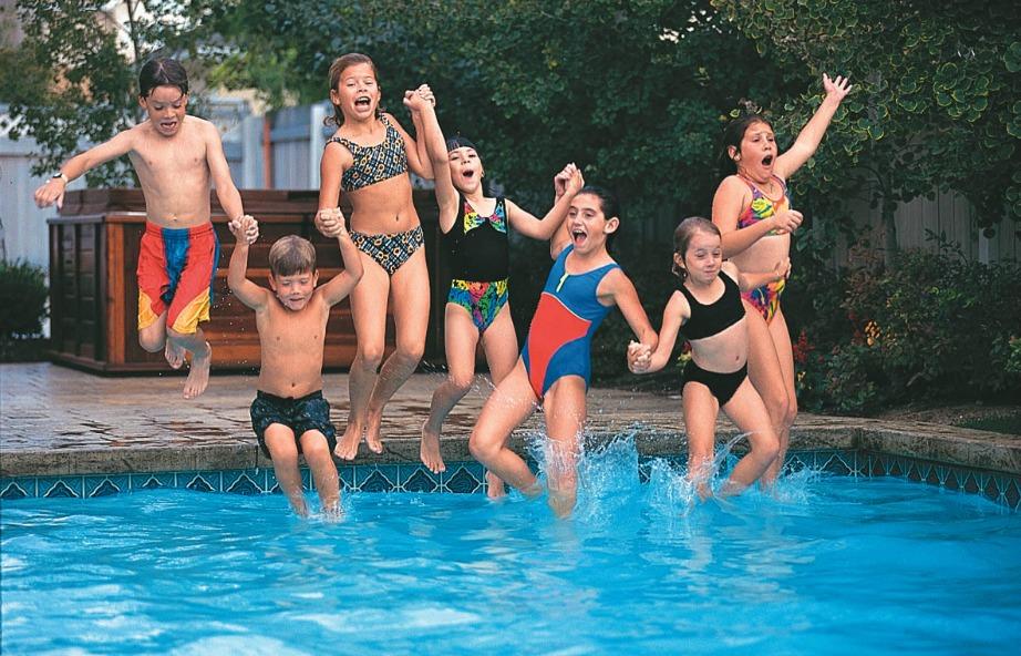 Προσέξτε πολύ όταν κολυμπάνε στην πισίνα παιδιά γιατί οι περισσότεροι πνιγμοί προκαλούνται σε αυτά.