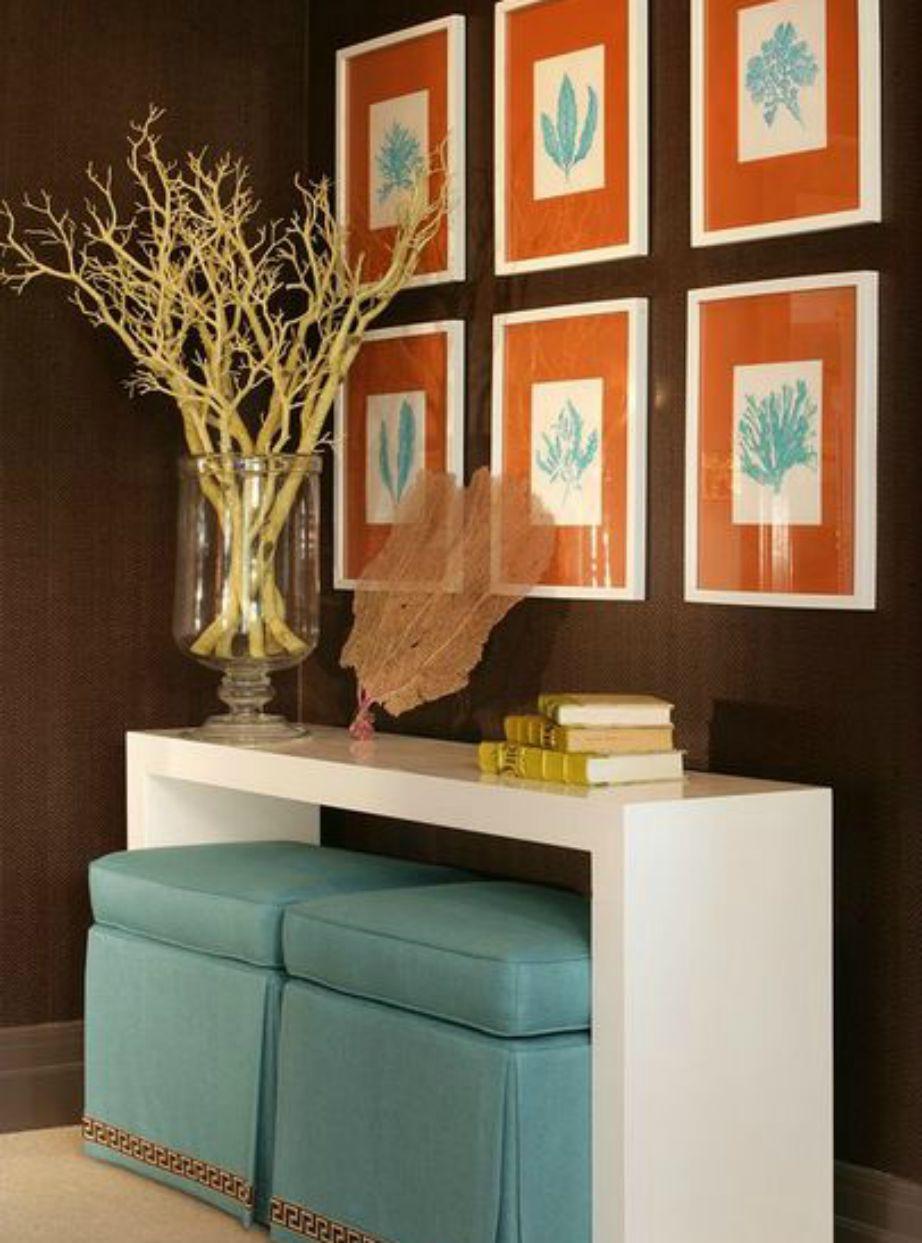 Ένα σετ από όμορφα πορτοκαλί πινακάκια και ένα βάζο με ξερά κλωνάρια δημιουργούν αμέσως μια άκρως φθινοπωρινή γωνιά.