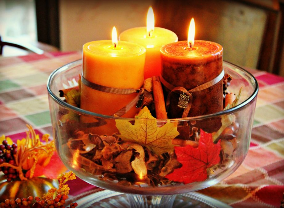 Δείτε πόσο όμορφο και πόσο φθινοπωρινό δείχνει αυτό το μπολ στο οποίο απλά βάλαμε μερικά ξερά φύλλα και κεριά.