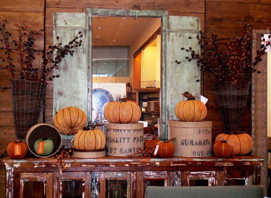 Στην Αμερική το Φθινόπωρο διακοσμούν πολύ με πορτοκαλί κολοκύθες. Αν σας αρέσει αυτού του είδους η διακόσμηση τότε μπορείτε να την υιοθετήσετε και εσείς.