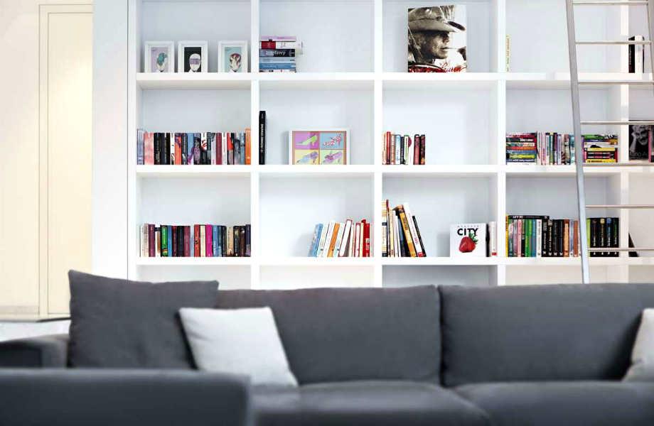 Δεν είναι ανάγκη να αδειάσετε τελείως τα ράφια της-αρκεί να δείτε τη βιβλιοθήκη σας ως ένα διακοσμητικό έπιπλο.