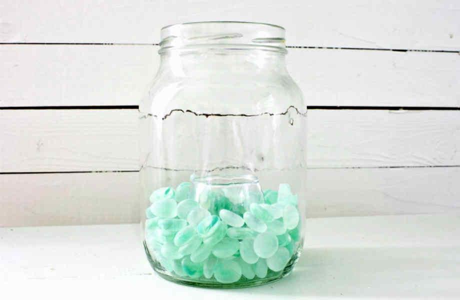 Γεμίστε τα γυάλινα δοχεία που προορίζετε για την ανακύκλωση με βότσαλα, χρωματιστές πέτρες, χάντρες ή άμμο και κεριά και μετατρέψτε τα σε στιλάτα και κομψά φαναράκια.