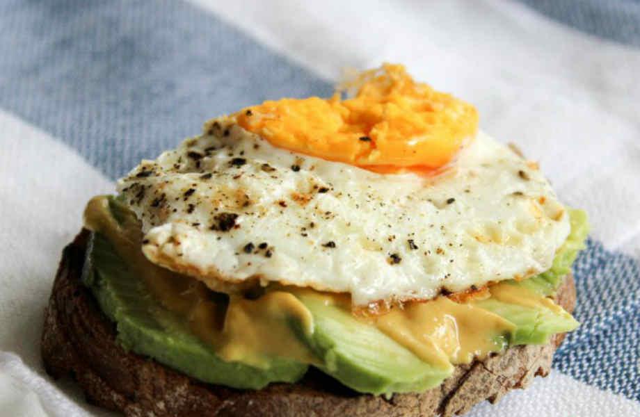 Δε σας αρέσει το ζαμπόν; Συνδυάστε το αβγό σας με λίγο αβοκάντο!