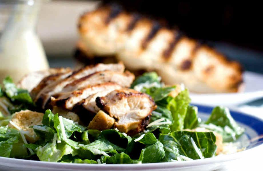 Για περισσότερη γεύση, προσθέστε κρουτόν στη σαλάτα σας.