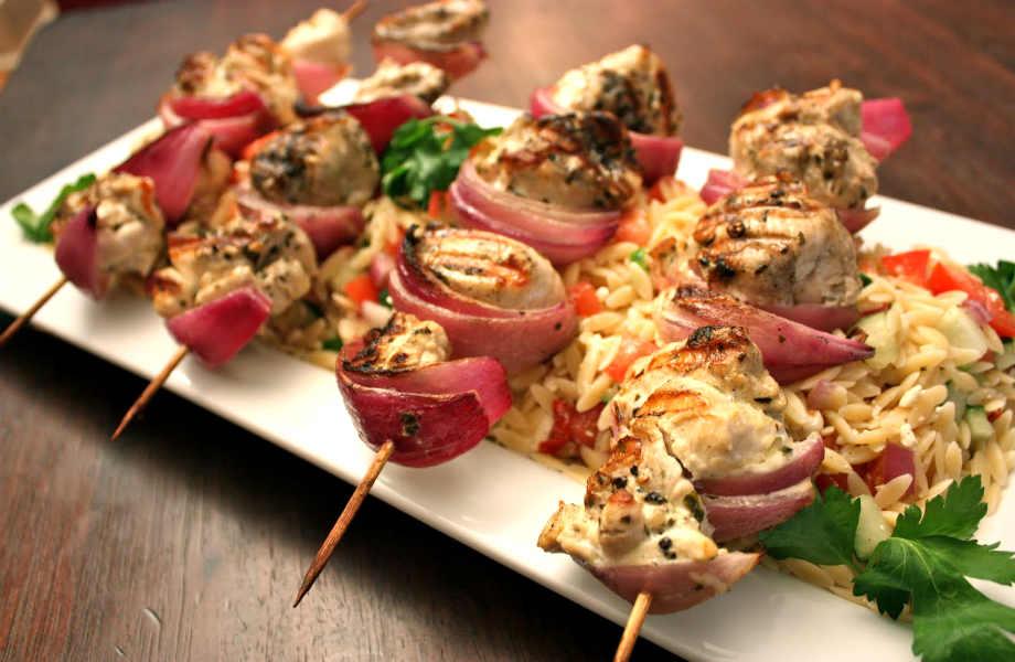 Φτιάξτε μια πρωτότυπη ζεστή σαλάτα με κριθαράκι και ψαρονέφρι.