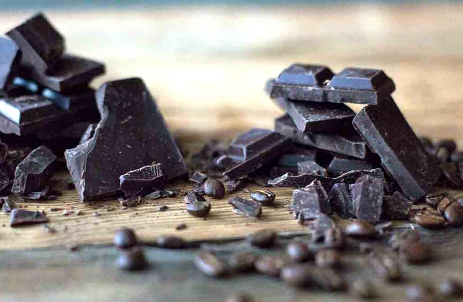 """Αρκούν 1-2 κομμάτια σοκολάτας καθημερινά για να πείτε """"Στοπ!"""" στο βλαβερό άγγιγμα του ήλιου."""