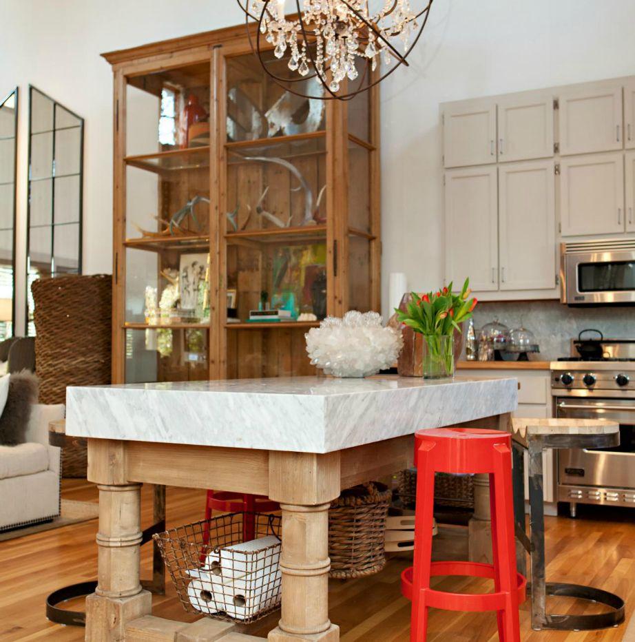 Κάτω από το τραπέζι κουζίνας μπορείτε να τοποθετήσετε πολλά πράγματα που δεν χρειάζεται να βρίσκονται πάνω στους πάγκους.