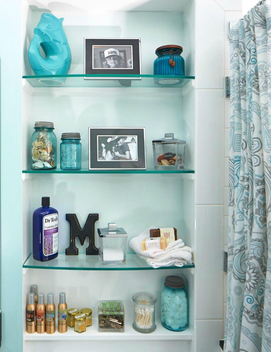 Βρείτε κάποιο μέρος στο μπάνιο σας ώστε να προσθέσετε ράφια. Κάντε το και θα δείτε μεγάλη μείωση της ακαταστασίας που υπήρχε προηγουμένως.