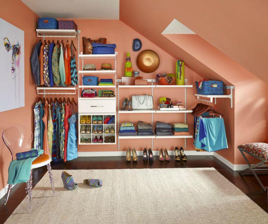 Εκμεταλλευτείτε τον έναν τοίχο του δωματίου κατα μήκος για να οργανώσετε εκεί τα ρούχα και τα αξεσουάρ σας.