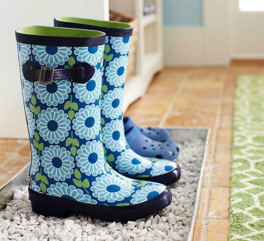 Είναι προτιμότερο να φτιάξετε ένα μικρό μέρος για να βάζετε τα παπούτσια σας από το να τα πετάτε ακατάστατα στο πάτωμα.