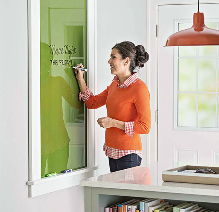 Με ένα κομμάτι γυαλί και λίγη μπογιά μπορείτε να φτιάξετε έναν πολύ ωραίο πίνακα σημειώσεων για την κουζίνα σας.