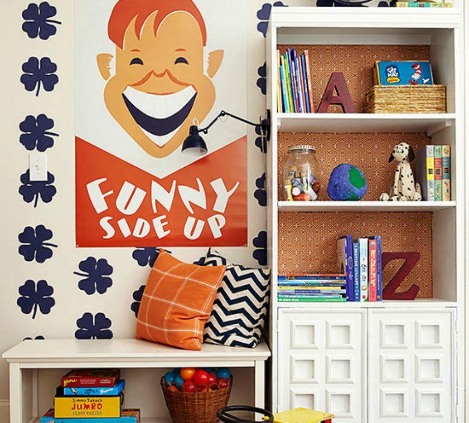 Δώστε χρώμα στη βιβλιοθήκη σας προσθέτοντας ταπετσαρία, αυτοκόλλητα ή απλά ύφασμα.