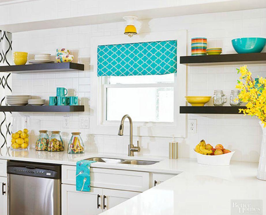 Παρατηρήστε καλά αυτή την κουζίνα. Πριν την ανακαίνιση ήταν μια απλή άσπρη κουζίνα. Με την προσθήκη κκουρτίνας και μερικών πολύχρωμων ειδών αμέσως άλλαξε εντελώς.
