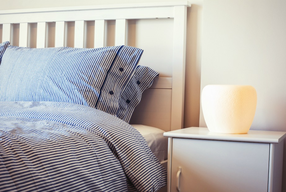 Για να μην βλέπετε τα αντικείμενα που θέλετε συνεχώς δίπλα σας στο κρεβάτι, πάρτε ένα κομοδίνο με συρτάρια.