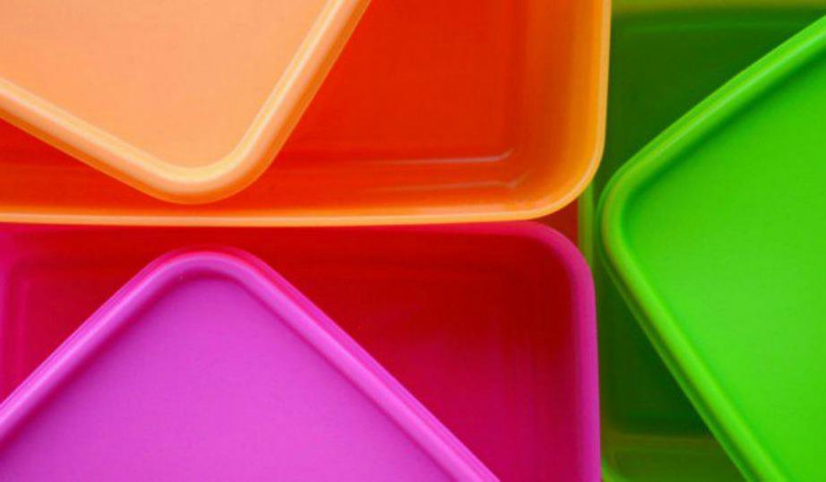 Καθαρίστε τα τάπερ σας με απλά υλικά που έχετε στο σπίτι.
