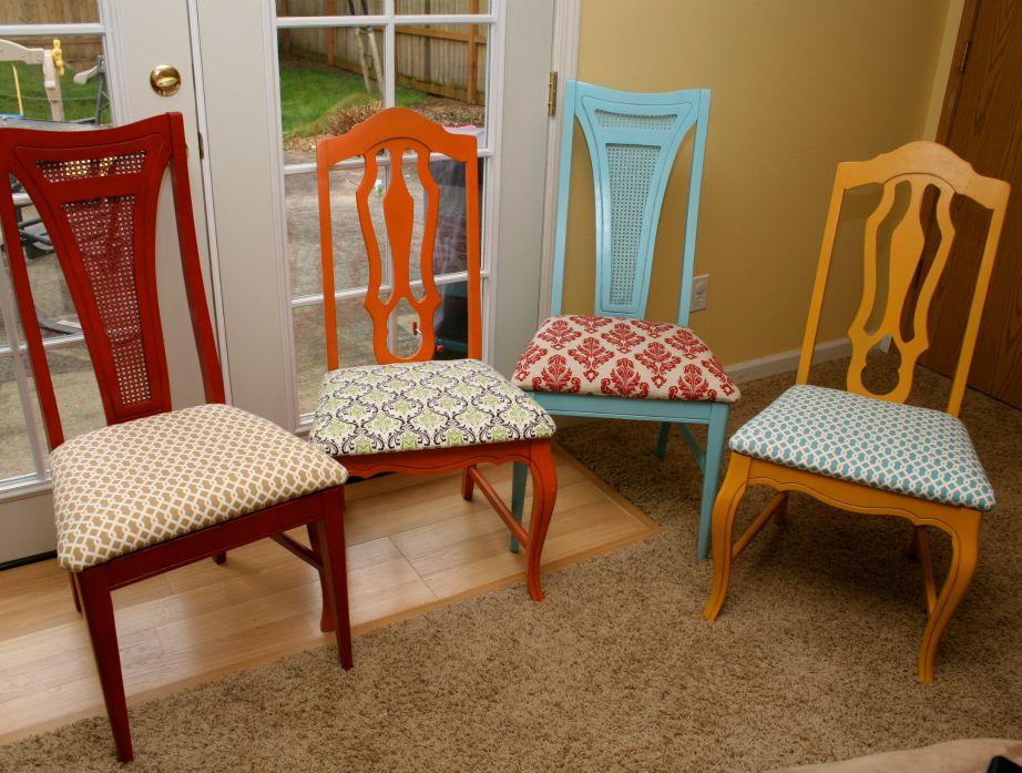 Αυτές οι καρέκλες βάφτηκαν ακι τους αλλάξαμε τα μαξιλάρια. Δε δείχνουν πολύ όμορφες;