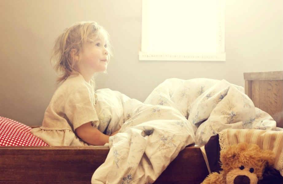 Για να κάνετε το πρωινό ξύπνημα για το σχολείο πιο εύκολο για το μικρό σας, προσπαθήστε να μειώσετε σταδιακά την ώρα που πέφτει για ύπνο κατά 15-30 λεπτά.
