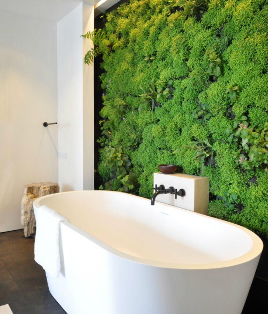 Φέτος είναι πολύ της μόδας η τοποθέτηση πρασινάδας μέσα στο μπάνιο. Αν δεν έχετε την οικονομική δυνατότητα μπορείτε απλά να προσθέσετε ένα βάζο με πλούσια πρασινάδα.