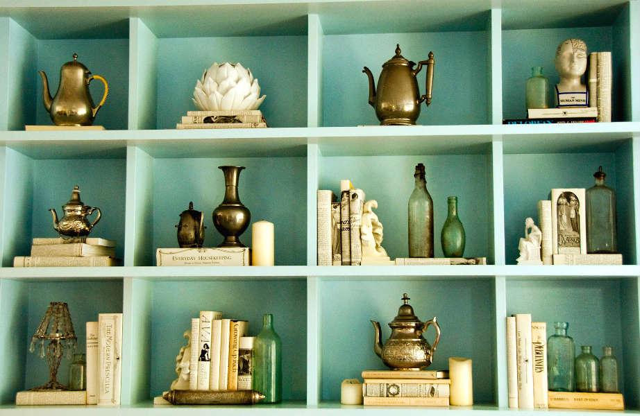 Στη βιβλιοθήκη σας διεκδικούν θέση και τα αξεσουάρ-όχι μόνο τα βιβλία.