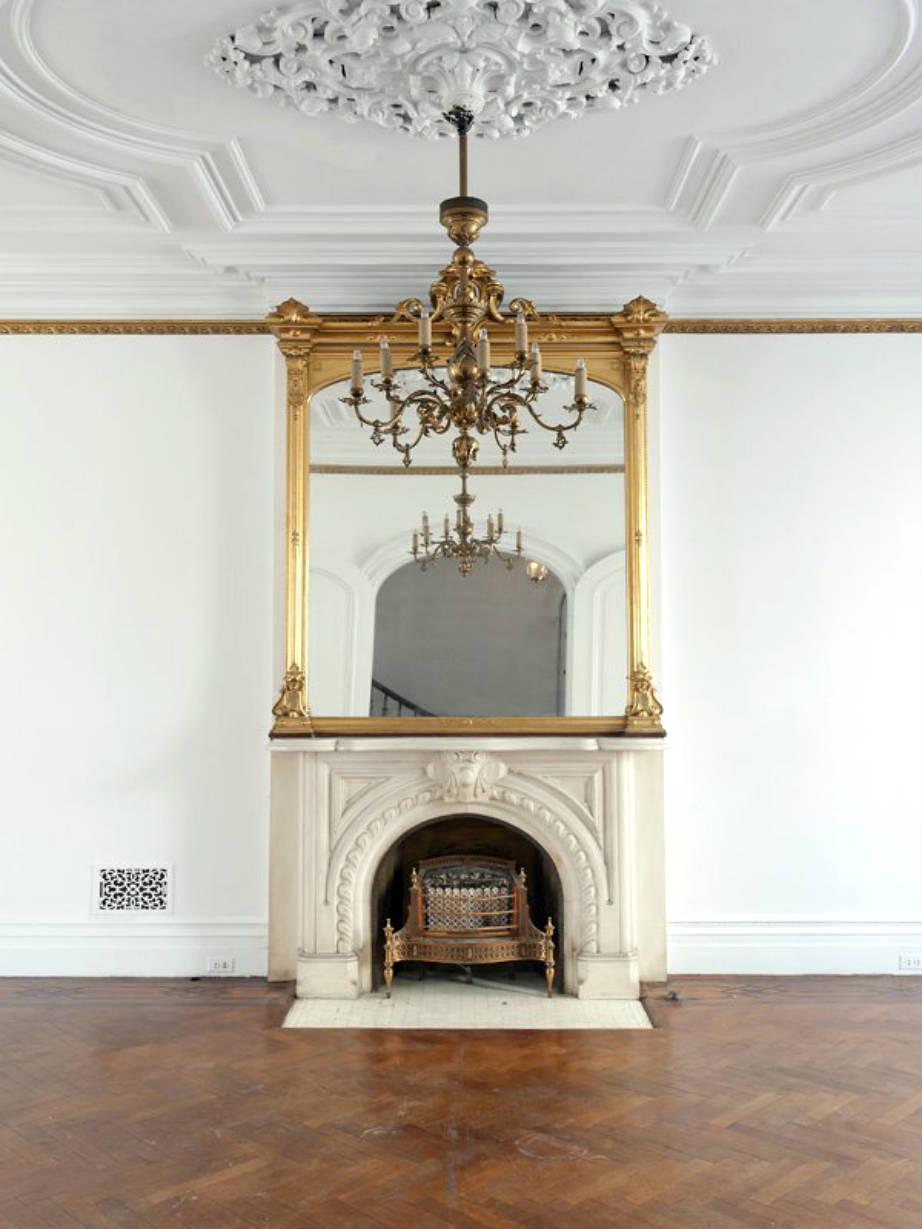 Δεν ξέρουμε αν η Carrie Bradshaw θα μπορούσε να συντηρήσει αυτό το σπίτι με τα ξύλινα δάπεδα, οι πολυέλαιοι και το ιταλικό μάρμαρο.