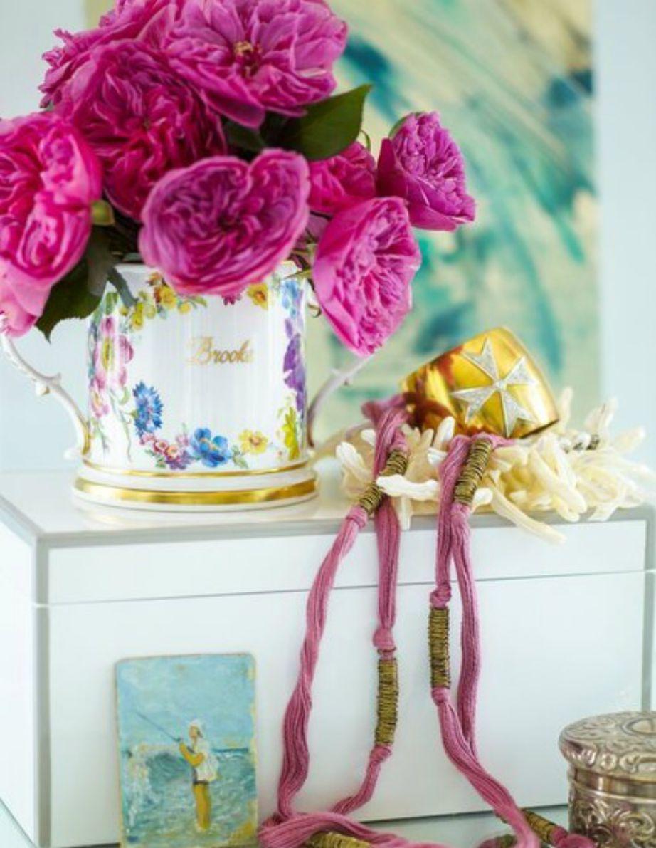 Τα λουλούδια είναι αναπόσπαστο κομμάτι της διακόσμησης.