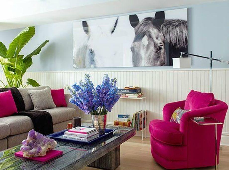 Ο πίνακας με τα άλογα δείχνει φανταστικός πάνω στον θαλασσί τοίχο.