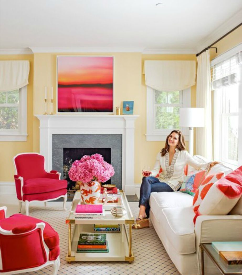 Στο σαλόνι της ηθοποιού κυριαρχεί το φούξια χρώμα.