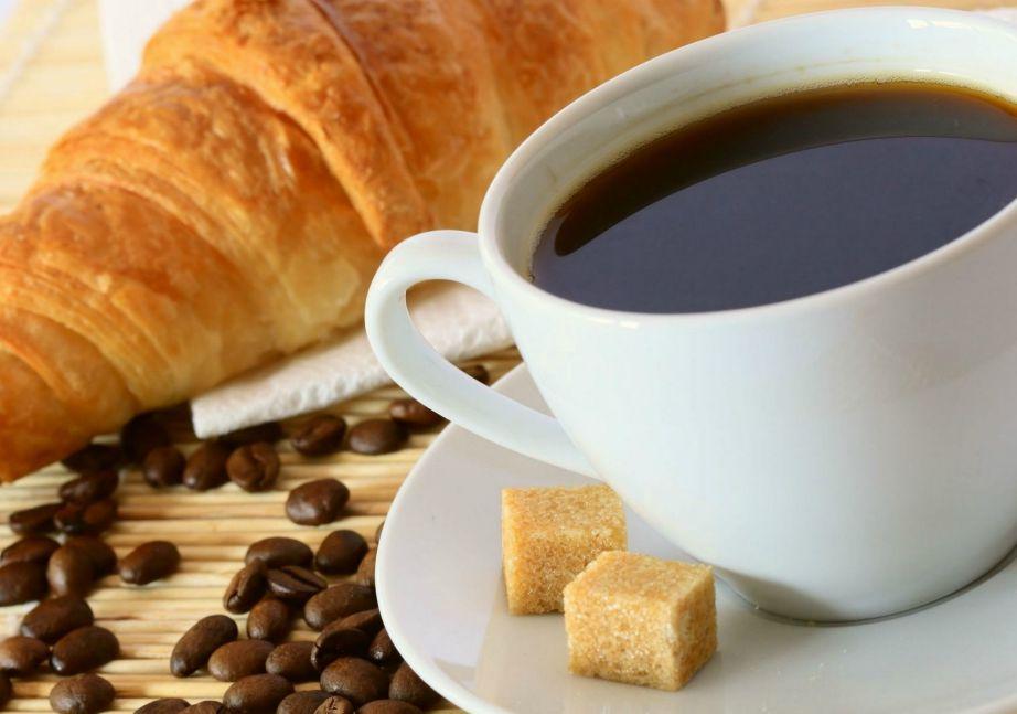 Ένα ποτήρι καφεΐνης έχει την ικανότητα να αυξήσει ένα χημικό που υπάρχει στο σώμα μας που είναι υπεύθυνο για να κρατάει το 'ρολόι' μας σταθερό.