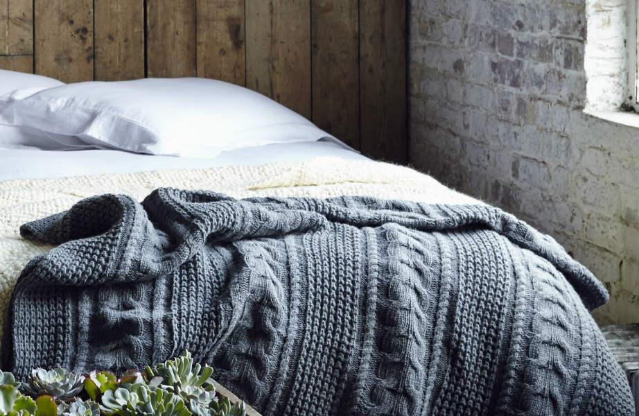 Η μαλακή και ζεστή υφή ενός μάλλινου ριχταριού είναι ιδανική για την κρεβατοκάμαρά σας.