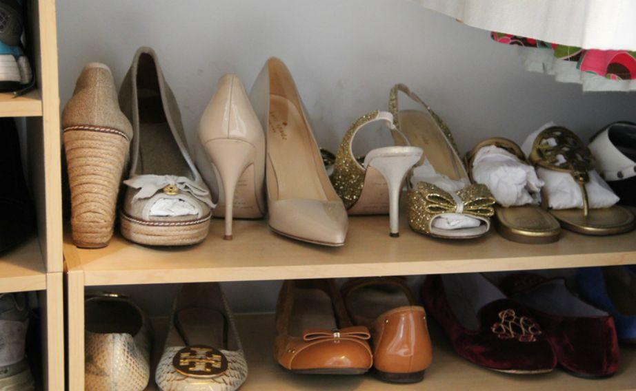 Δώστε τα παπούτσια που θέλουν φτιάξιμο στον τσαγκάρη και πετάξτε όσα έχουν καταστραφεί (όσο και αν τα αγαπάτε). Τα παπούτσια είναι σημαντικό κομμάτι του στιλ ενός ανθρώπου και καλό είναι να είναι πάντα περιποιημένα.
