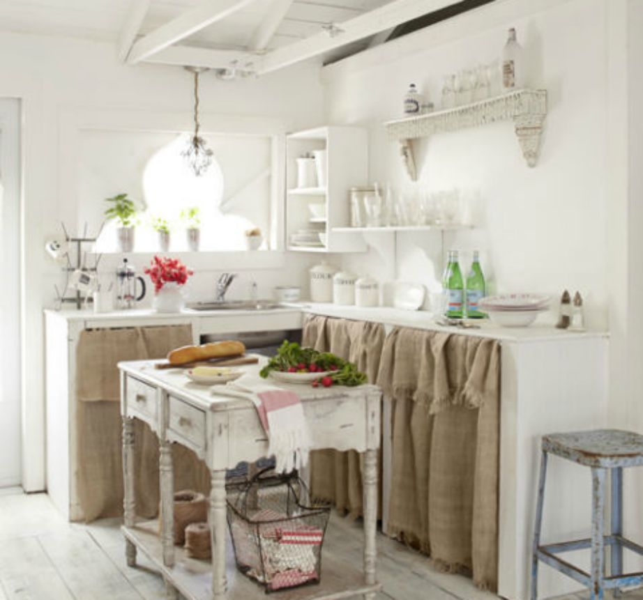 Τα ανοιχτά ράφια προσθέτουν εύκολα στιλ σε μια κουζίνα.