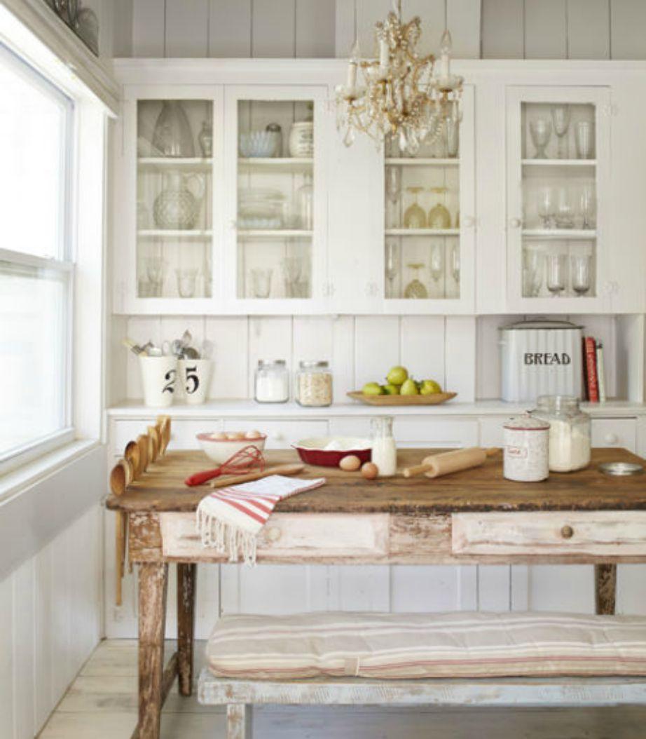 Ο πάγκος σε αυτήν την κουζίνα μπαίνει κάτω από το τραπέζι, όταν δε χρησιμοποιείται, και έτσι μεγαλώνει ο χώρος.
