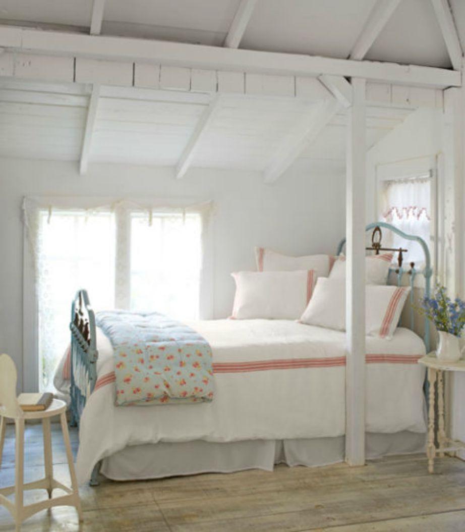 Βάλτε το κρεβάτι δίπλα στο παράθυρο για να σας ζεσταίνει ο ήλιος. Αν το σπίτι σας όμως έχει υγρασία καλύτερα να μην ακολουθήσετε αυτό το τρικ αν δε λύσετε πρώτα το πρόβλημα της υγρασίας.