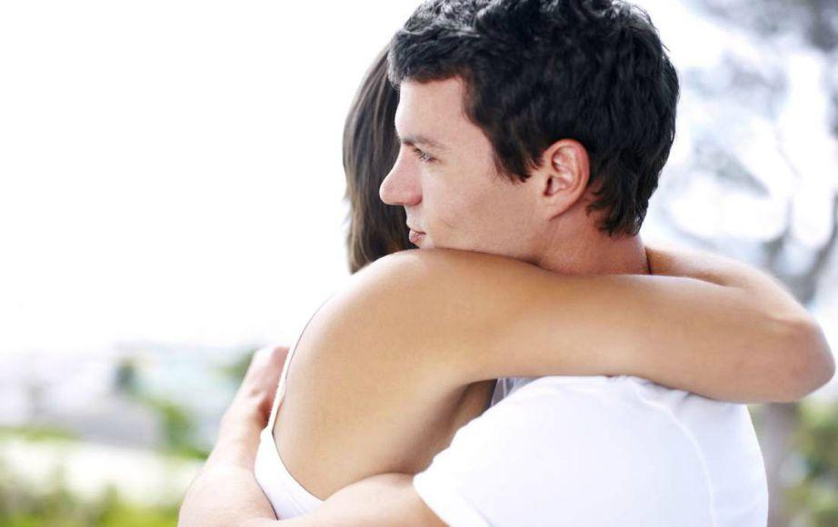 Κάθε φορά που επιστρπέφετε από τη δουλειά, αγκαλιάστε την και δώστε της ένα φιλί.