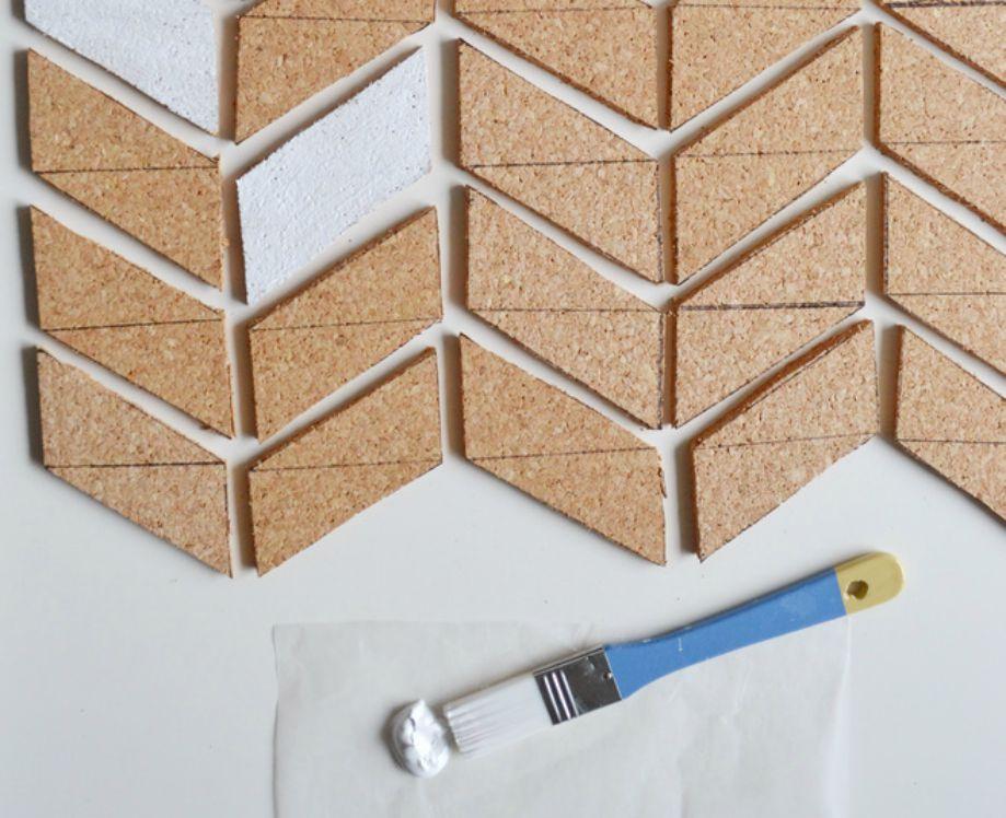 Φτιάξτε έναν πίνακα χρησιμοποιώντας μια πλάκα από φελλό.