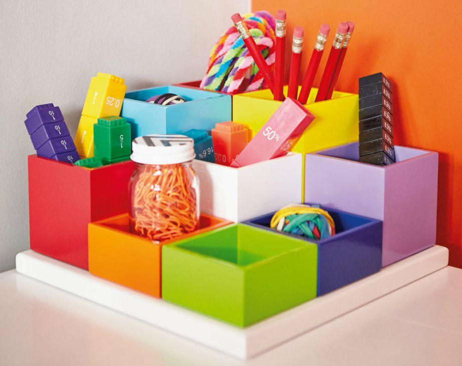 Δεν χρειάζεται να έχει το παιδάκι σας ένα σωρό διαφορετικά στυλό. Φροντίστε να έχει τα απαραίτητα και ό,τι έχει να είναι οργανωμένο.
