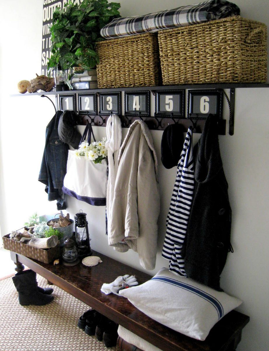 Φτιάξτε έναν όμορφο χώρο κοντά στην εξώπορτα για να οργανώνετε εκεί την επόμενη μέρα σας αλλά και για να αφήνετε εκεί κλειδιά, κινητά, τσάντες και παπούτσια.