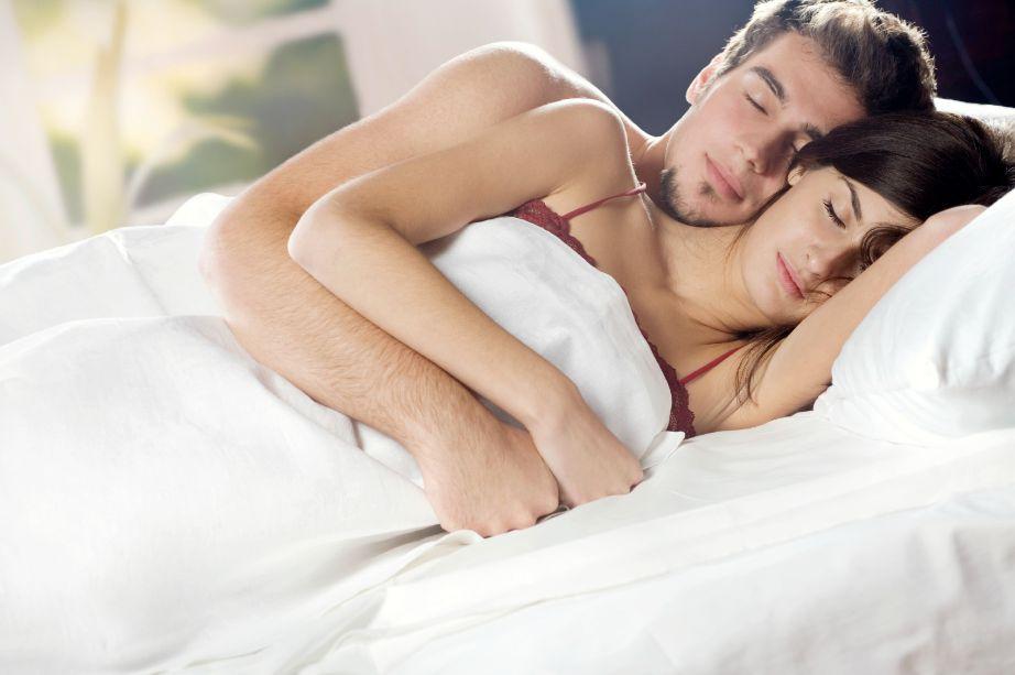 Ο ύπνος παρέα με την σύντροφό σας θα σας βοηθήσει να χαλαρώσετε. Πολλοί γιατροί συστήνουν να κοιμάστε γυμνοί για ακόμα πιο βαθύ ύπνο.